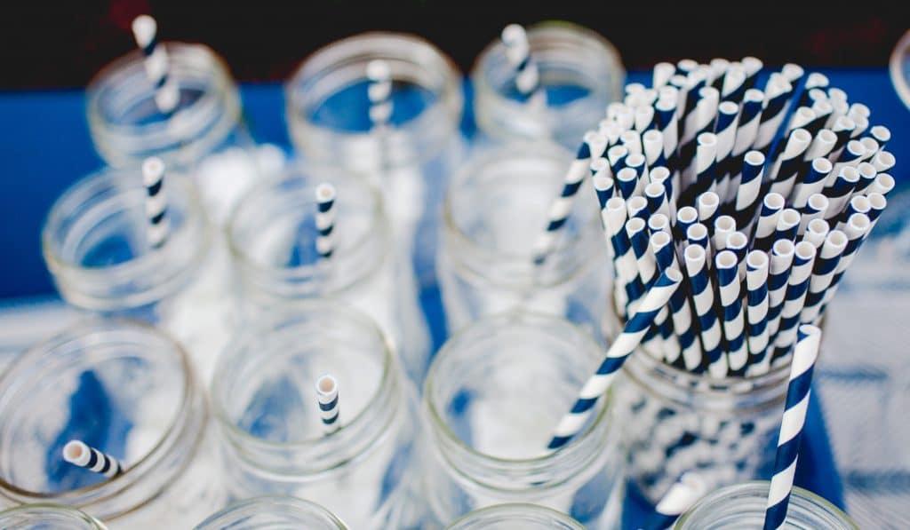 Les pailles en plastique seront progressivement interdites à Paris