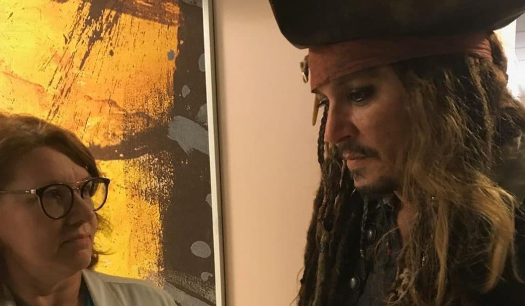 Déguisé en Jack Sparrow, Johnny Depp fait une visite surprise aux enfants malades de l'institut Curie