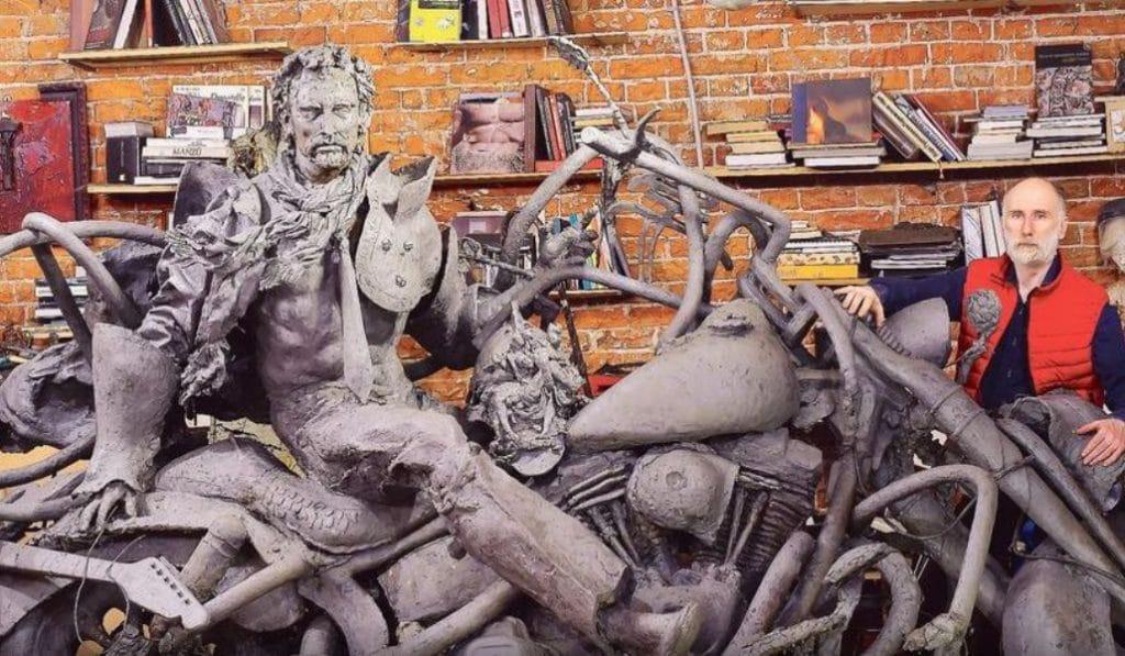 Une immense statue de Johnny en attente d'un emplacement