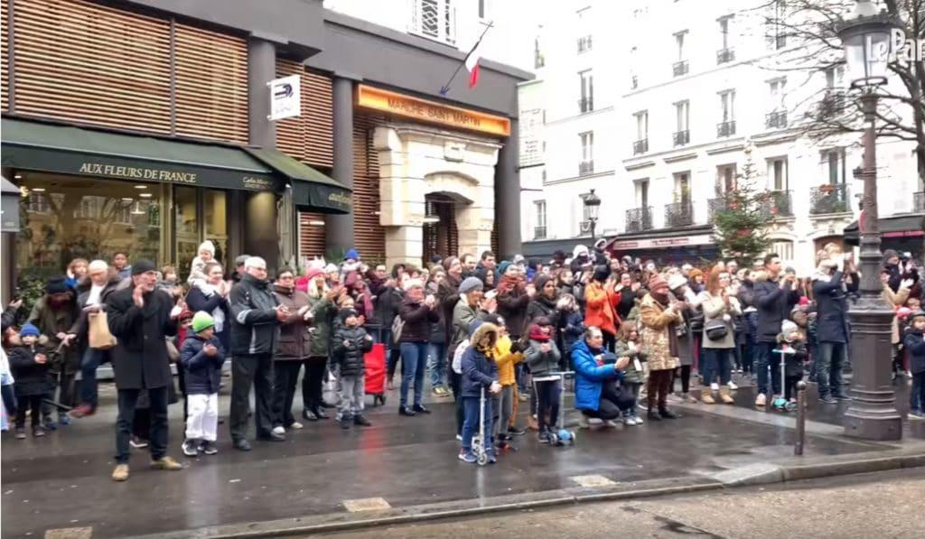 Les habitants de la rue de Trévise font un hommage surprise aux pompiers