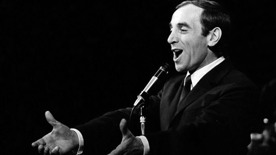 Hommage musical à Charles Aznavour sur le parvis de l'Hôtel de Ville !