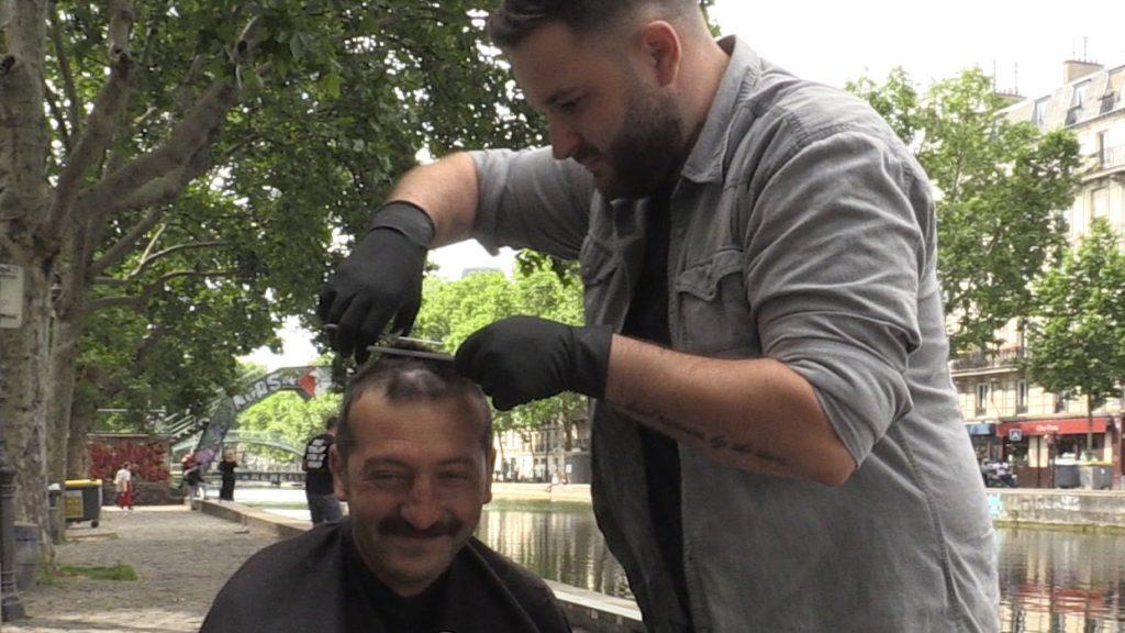 Adrien, le barbier solidaire qui coiffe les SDF gratuitement à Paris !