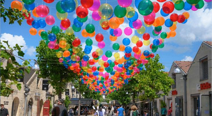 Un arc-en-ciel de ballons au-dessus de Bercy Village !