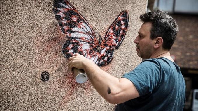 Street art : Il métamorphose les hôpitaux psychiatriques de Paris avec des papillons !