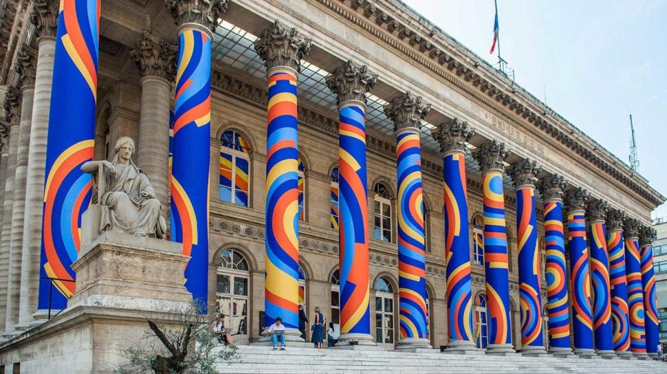 Une œuvre de street art monumentale et éphémère colore le Palais Brongniart !