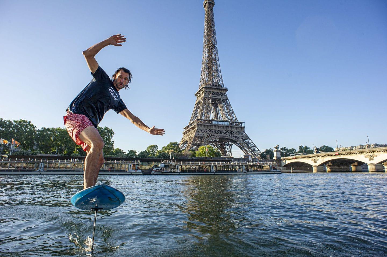Insolite : à Paris, cet homme surfe sur la Seine au pied de la Tour Eiffel !