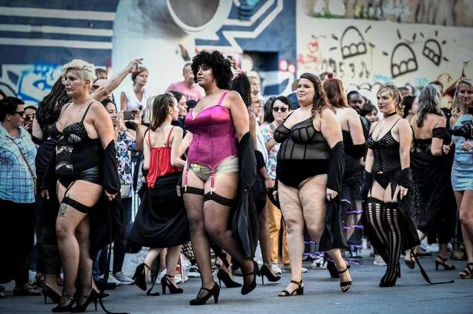 Rondes et mannequins atypiques défilent à Paris pour dénoncer les dictats de la minceur !