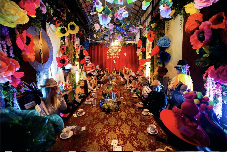Mad Hatter : en septembre, une insolite tea & gin party vous entraine dans le monde d'Alice au Pays des Merveilles !