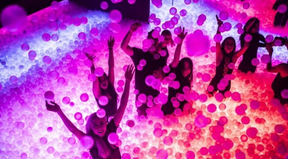 Une piscine à balles GÉANTE débarque sous le dôme d'un Hôtel particulier à Paris !