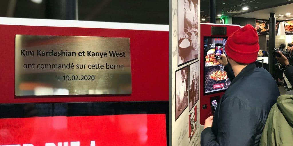 Paris : après le passage de Kim Kardashian et Kanye West, KFC pose une plaque commémorative