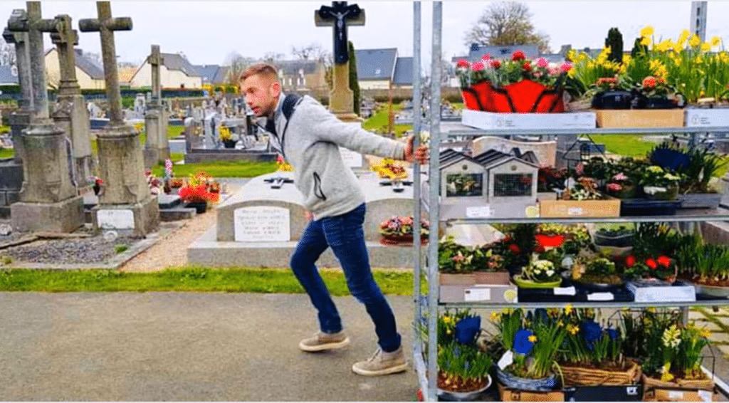 Un horticulteur français orne les tombes de nos défunts avec ses fleurs invendues…