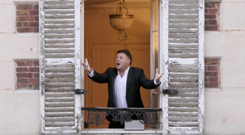 Confinement : à Paris, ce ténor chante l'Opéra à sa fenêtre chaque soir pour ses voisins !
