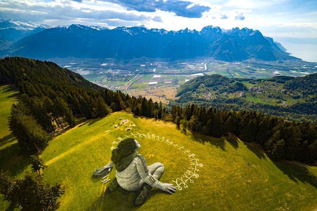 Coronavirus : il réalise une fresque sur herbe de 3000m² pour insuffler un message d'espoir !