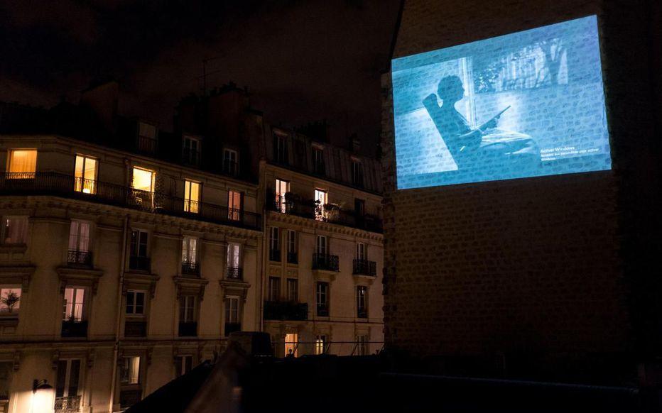 Un cinéma parisien projette des films sur les murs de la ville pendant le confinement !