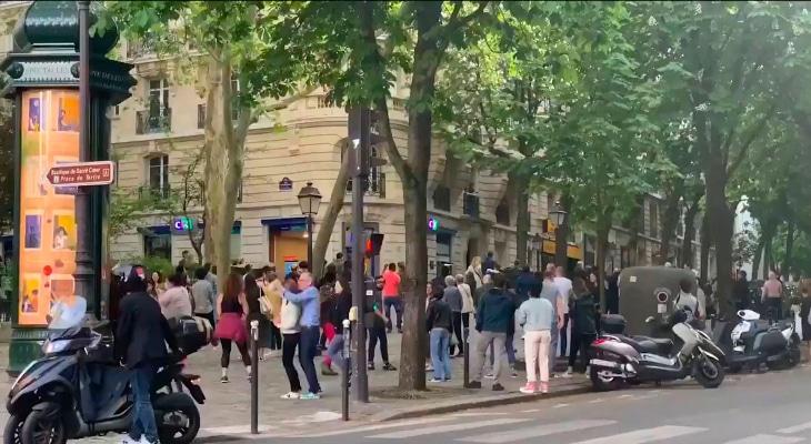 En plein confinement, des parisiens improvisent un «bal de rue» pour danser sur du Dalida !