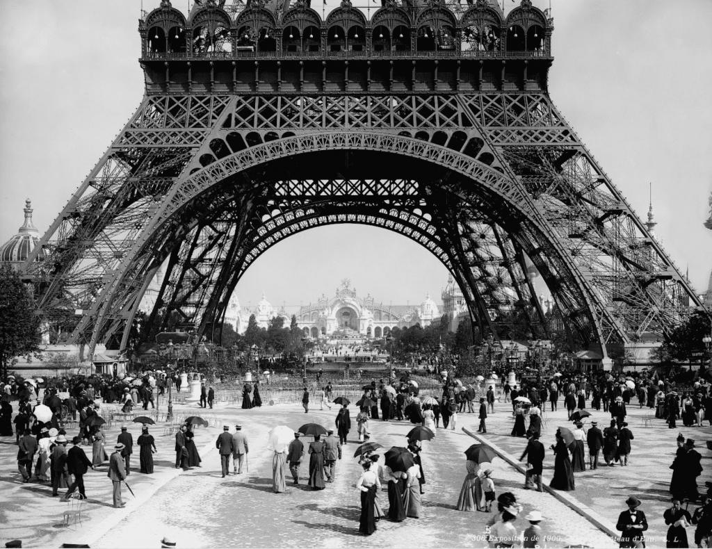Visitez la Tour Eiffel lors de l'Exposition Universelle de 1900 !
