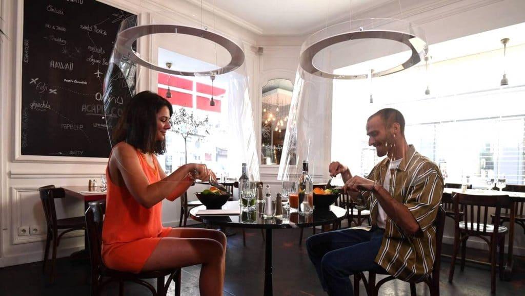 Paris : Le restaurant H.A.N.D s'équipe de cloches de protection transparentes !