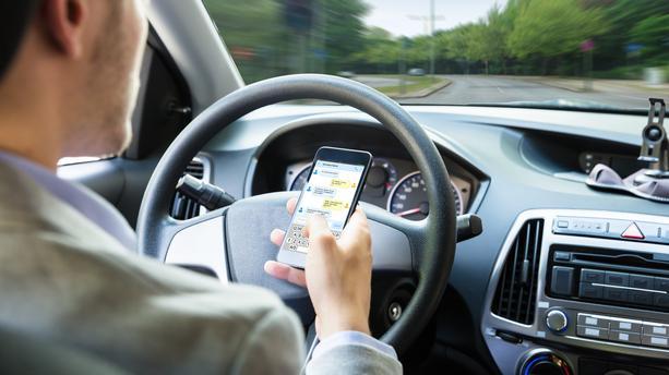 Téléphone au volant : le permis de conduire immédiatement suspendu en cas d'infraction double !