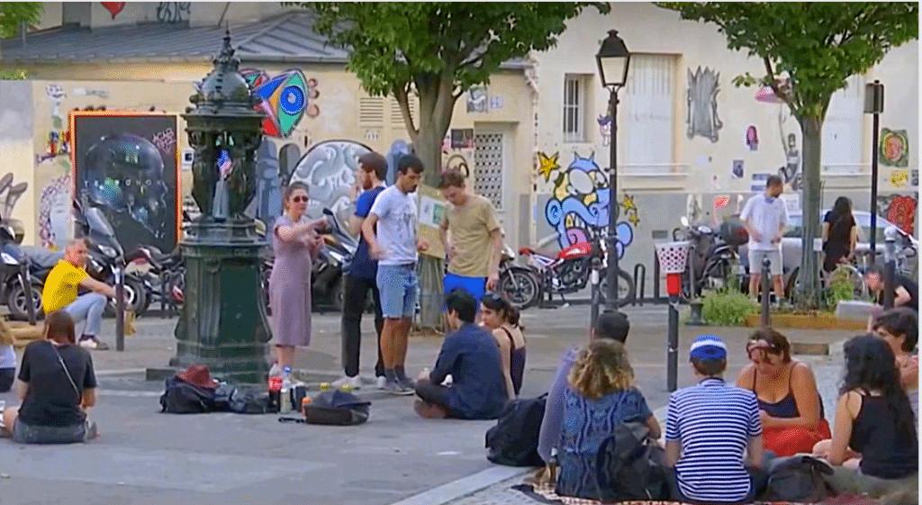 Déconfinement : la nouvelle tendance des «apérues» devant les bars parisiens !