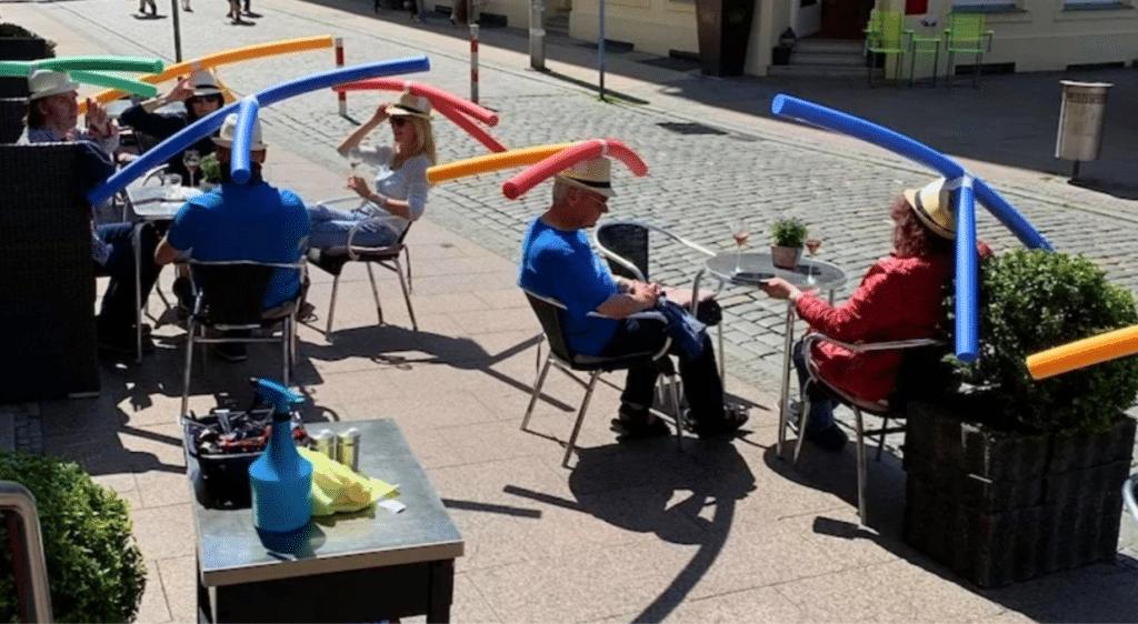 En Allemagne, un bar impose des «chapeaux-frites» pour faire respecter la distanciation sociale !