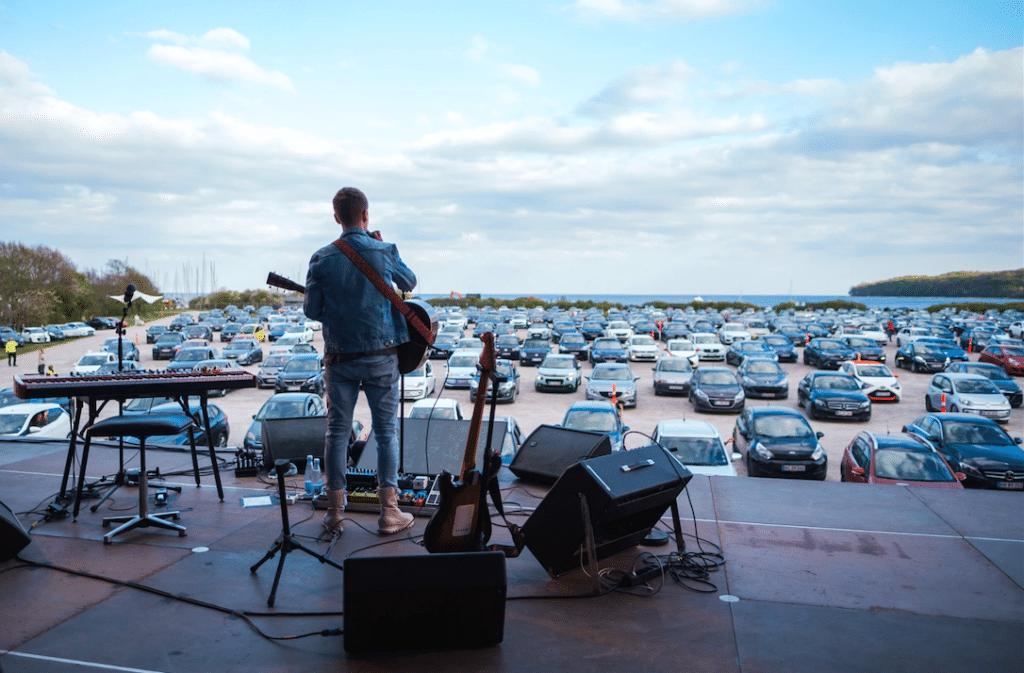Déconfinement : le Danemark lance la tendance des concerts drive-in !