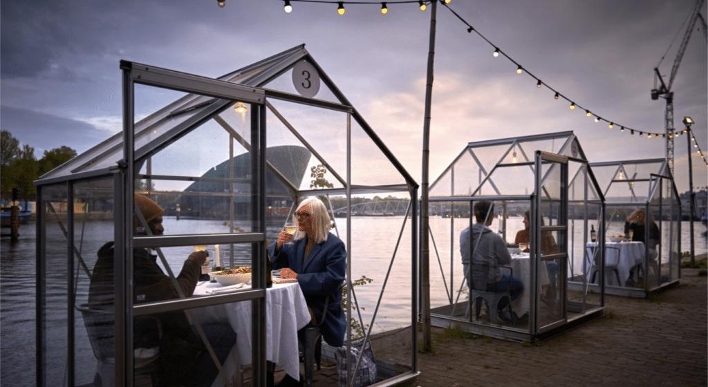 Coronavirus : À Amsterdam un restaurant crée des «serres séparées» pour le déconfinement !