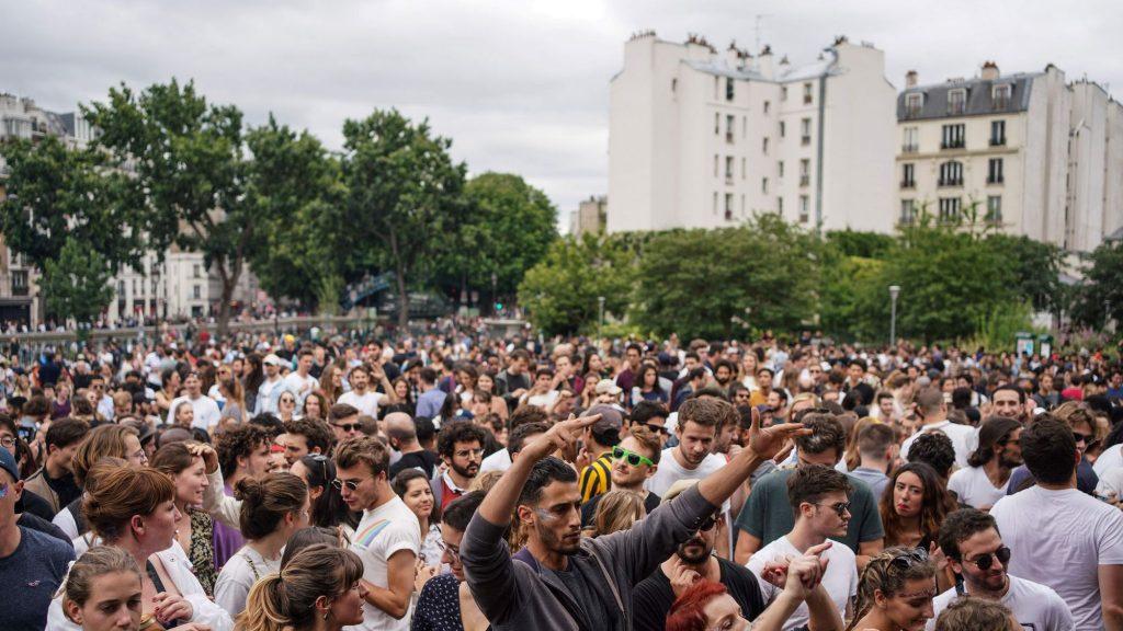 Coronavirus : distanciation sociale non respectée, foules compactes… Une fête de la musique agitée à Paris !