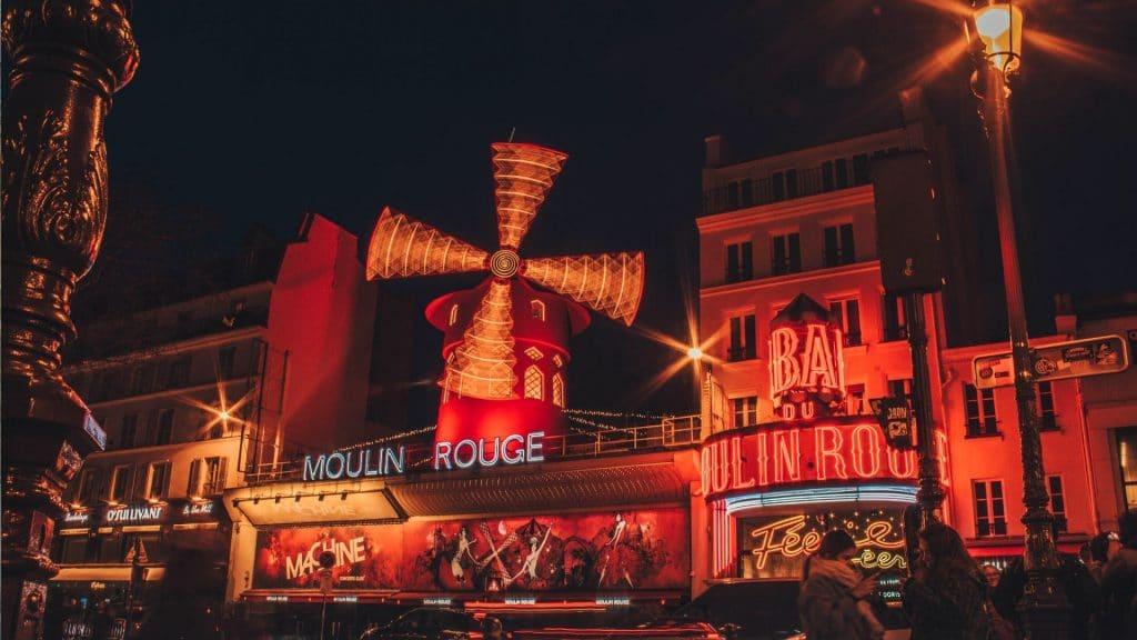 Paris : un cinéma en plein air GRATUIT s'installe sur le toit du Moulin Rouge !