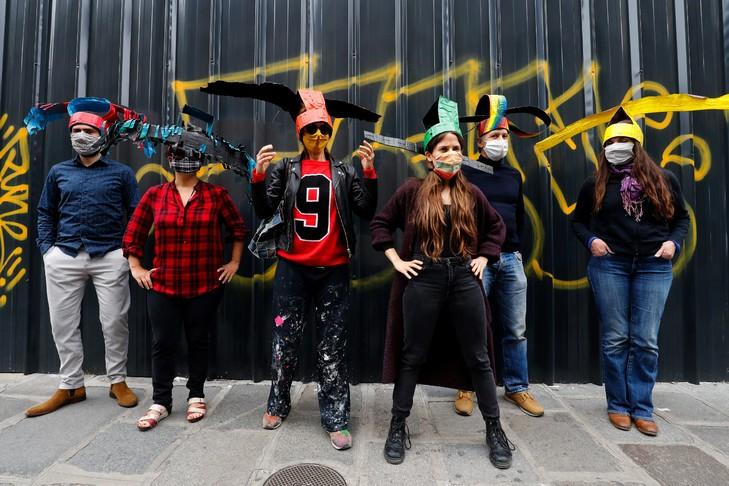 Un artiste parisien crée des chapeaux de distanciation sociale contre le COVID-19 !