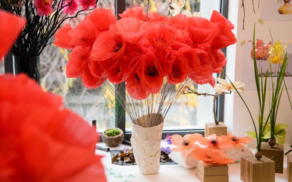 À Paris, cet artiste métamorphose les déchets plastiques en fleurs !