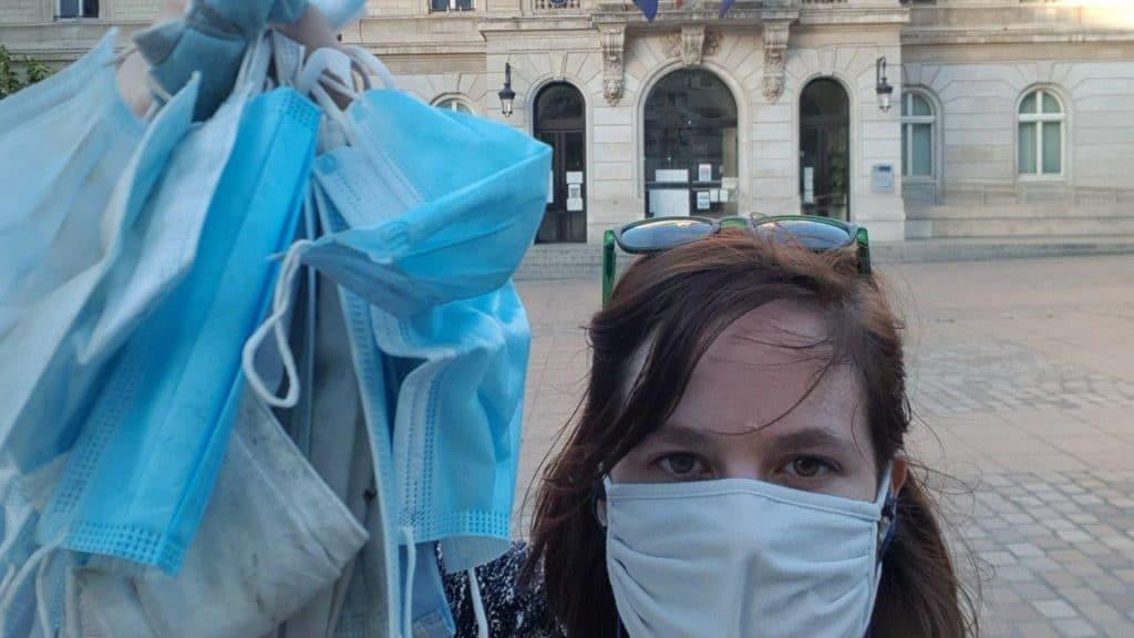 Une habitante parisienne ramasse des dizaines de masques jetés par terre tous les jours sur son trajet !