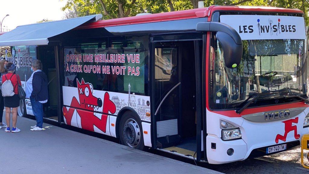 Paris : Un bus parcourt la ville en offrant des soins optiques aux démunis !
