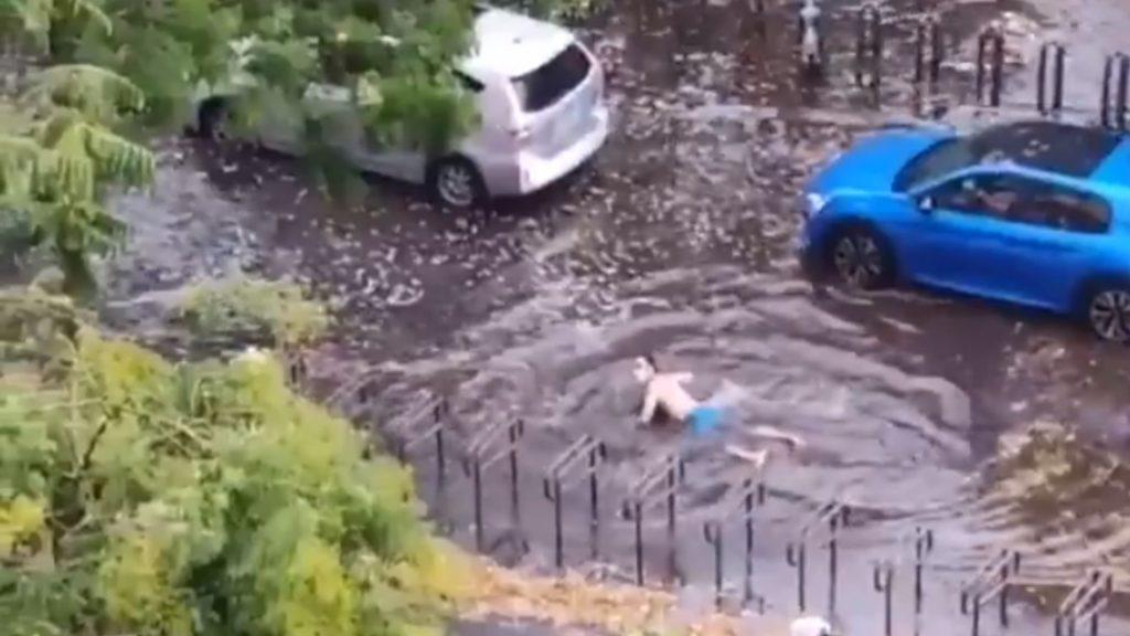 Insolite : Un homme filmé en train de nager sur le boulevard Edgar Quinet inondé à Paris !