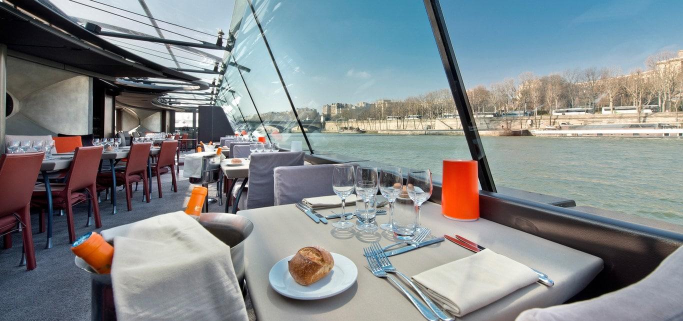 déjeuner croisière paris péniche bateaux parisiens
