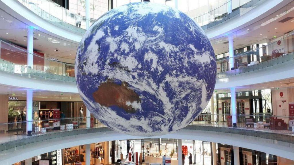 Une reproduction géante de la Terre installée au centre Beaugrenelle !