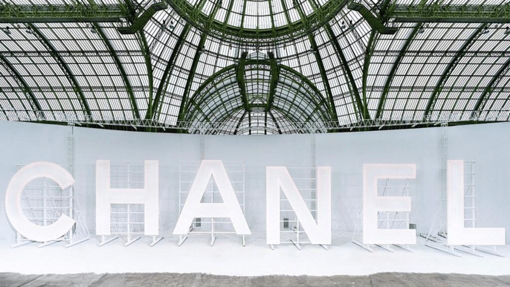 Chanel reproduit le célèbre panneau Hollywood au Grand Palais !