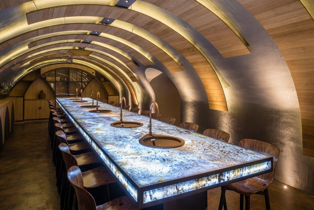 On se laisse fasciner par une visite guidée et une dégustation de vins aux Caves du Louvre