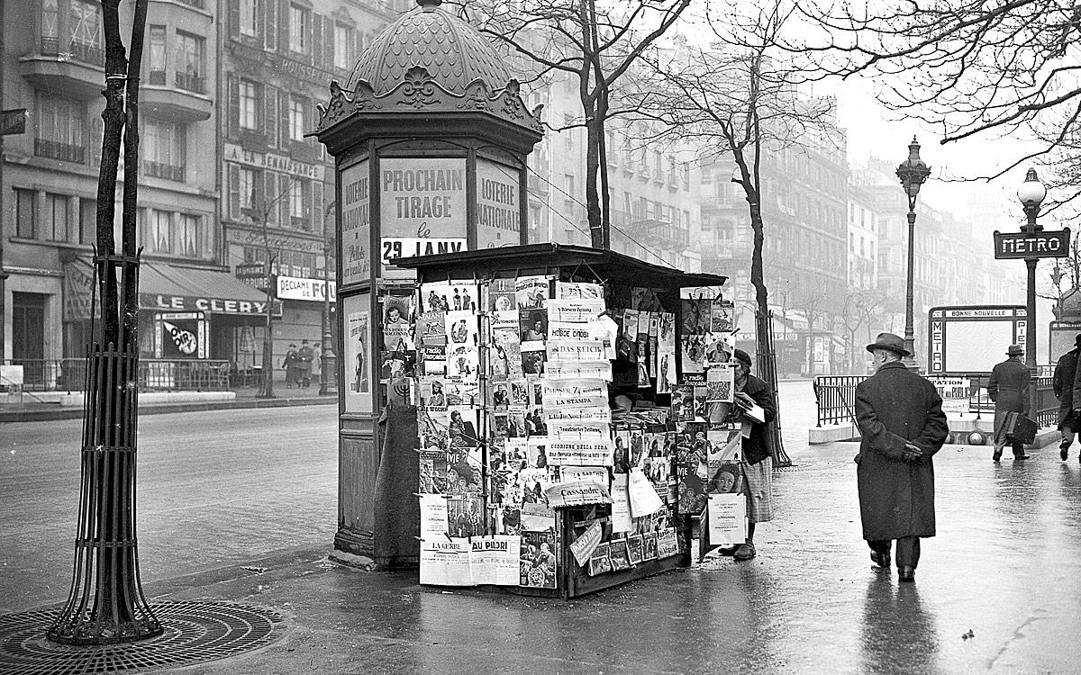 Kiosque à journaux, boulevard Bonne-Nouvelle. Paris 1942 histoire patrimoine