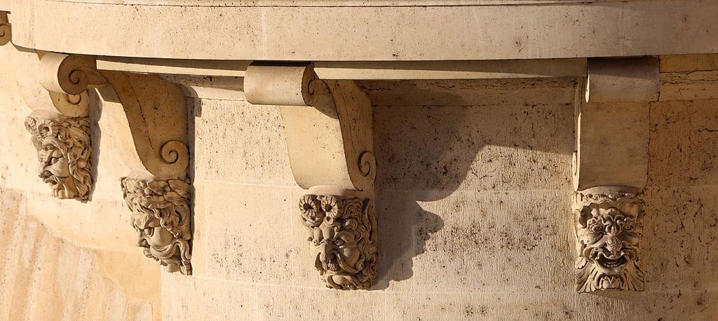 Paris - masques - mascarons - visite - histoire - découverte - pont neuf - musée carnavalet - Italie - France - sculpture