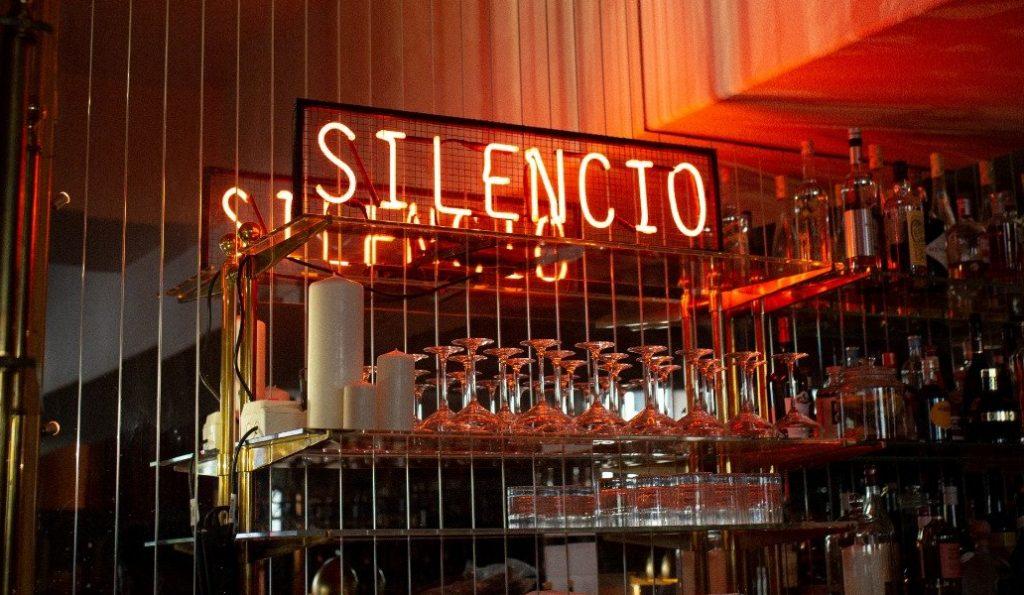 Silencio - restaurant - club - cinétek - cinéma - livraison - plat - films - écran - projection - séance - gastronomie - dîner - repas