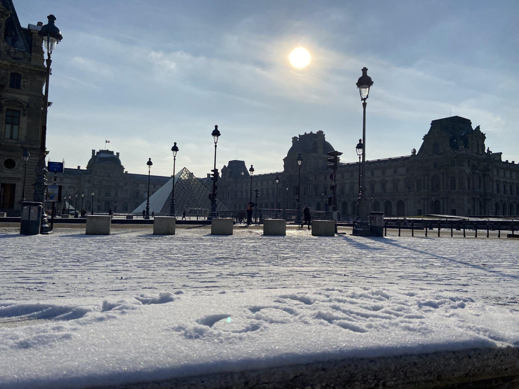 neige paris hiver février louvre tuileries pyramides