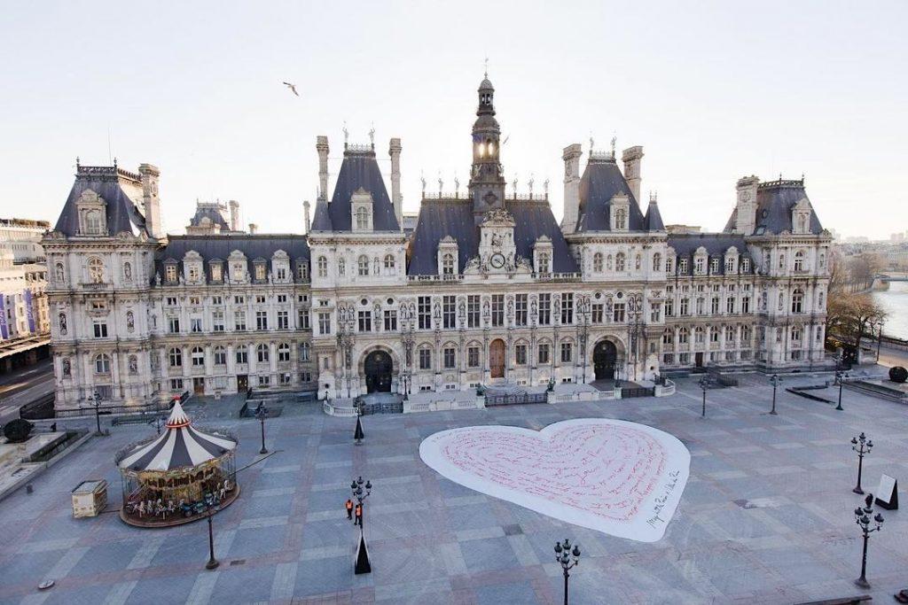 Coeur géant mots d'amour parvis hôtel de Ville Paris je t'aime toujours
