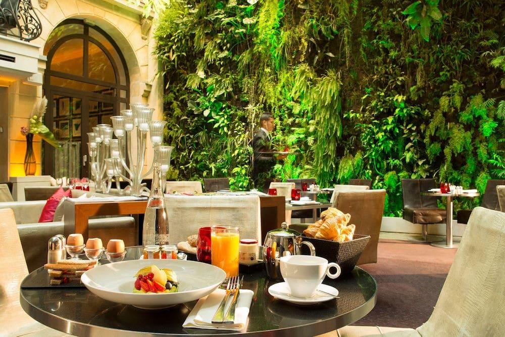 Le-Pershing-Hall mur végétal cour intérieure hotel de luxe