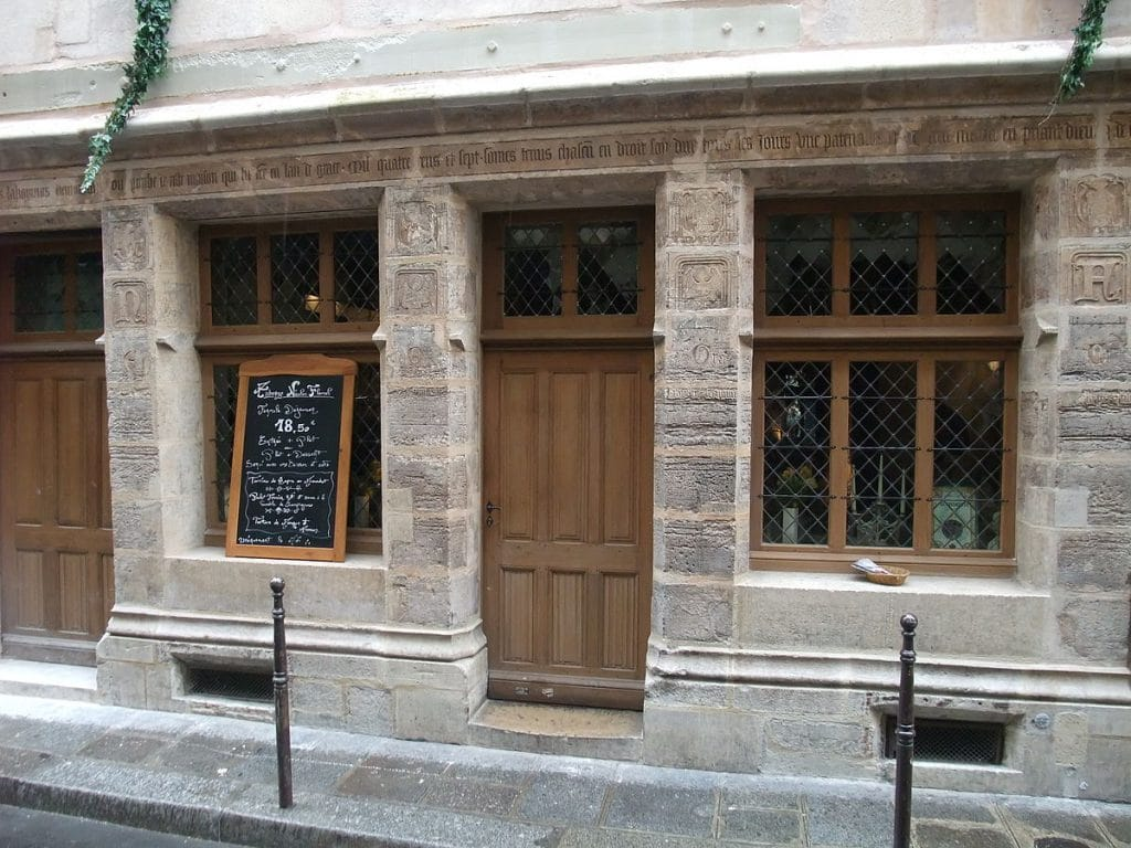 Regard de la lanterne - Aqueduc - horloge - ancien - plus vieux - paris -sculpture - maison - arbre - square viviani - ville - histoire