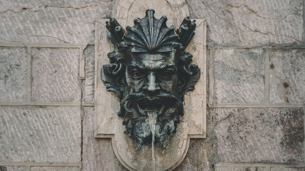Les deux fontaines Art Déco massives de la Porte de la Chapelle égarées à Paris ont été… détruites !
