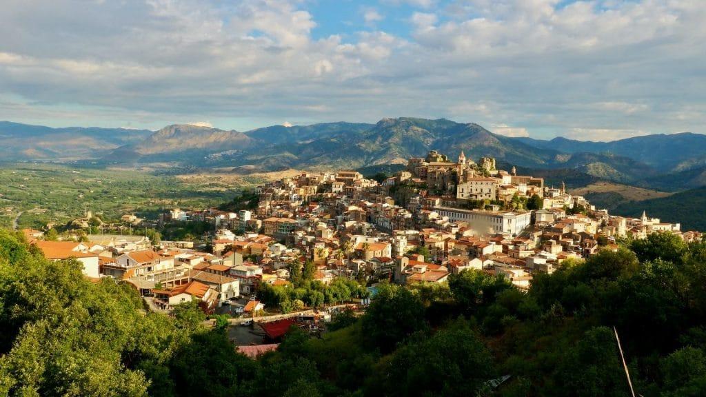 vente village italien maison un euro 1€ sicile etna castiglione di sicilia