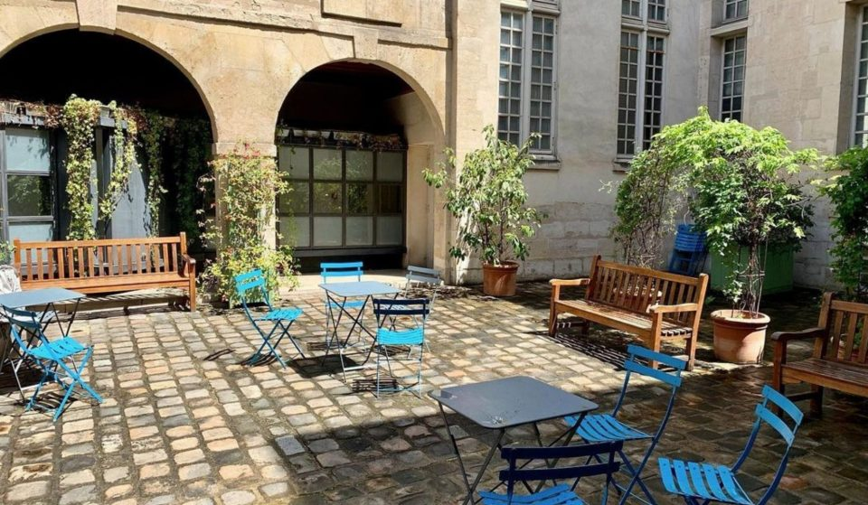 Découvrez la terrasse éphémère et intime du café du musée Cognacq-Jay à Paris cet été !
