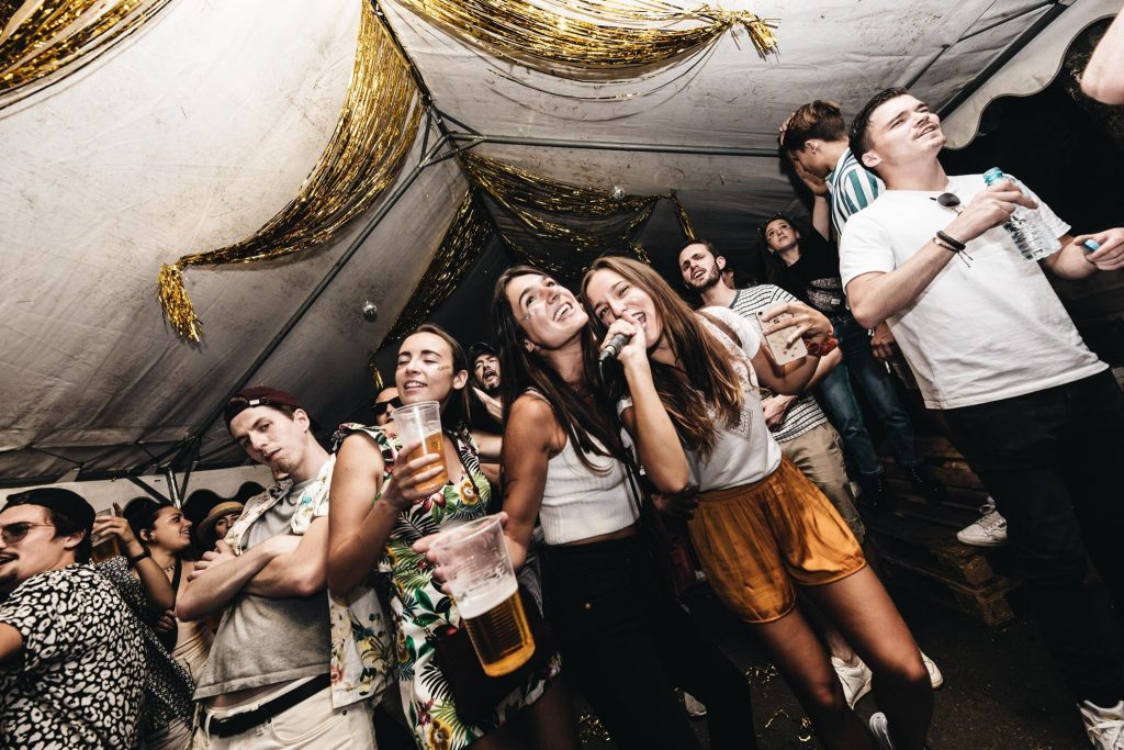 Paillettes Pompettes soirée disco house karaoké stand paillettes