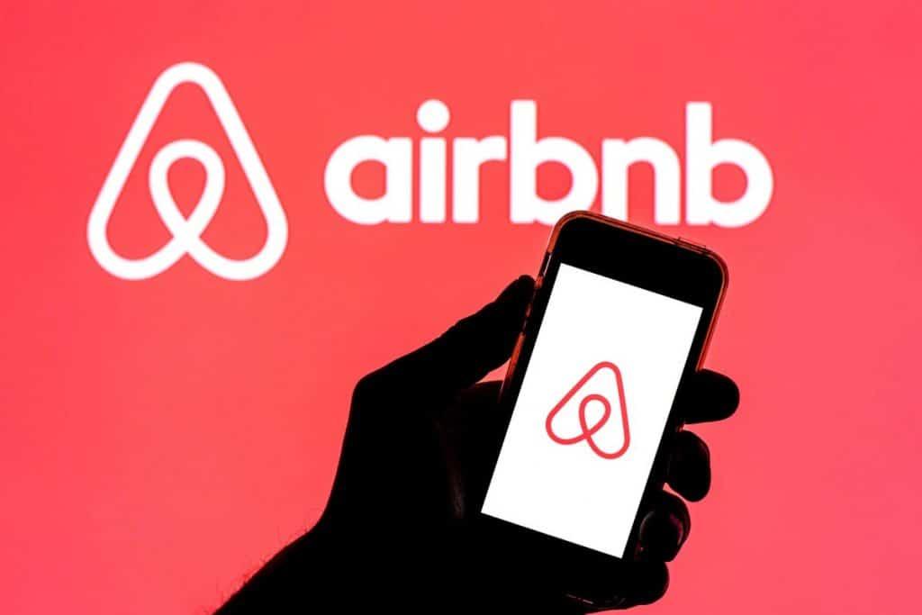 Airbnb logements gratuits 20 000 réfugiés Afghans