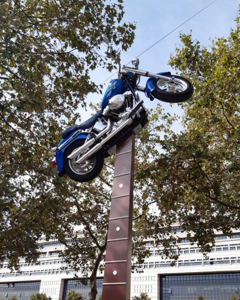 Statue 6 mètres de haut guitare et Harley Esplanade Johnny Hallyday